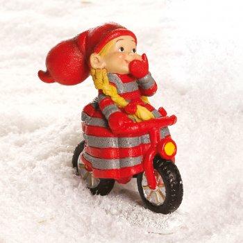 Babynisse pige på cykel, med en hånd på styret