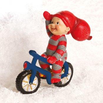 Babynisse dreng på cykel, med en hånd på styret